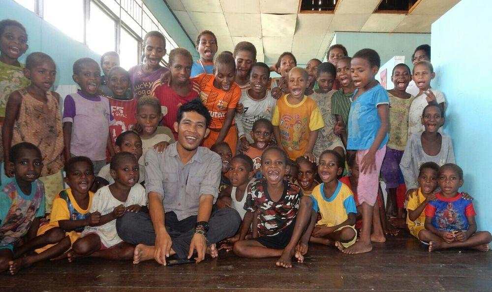 Sy & anak-anak di Asmat