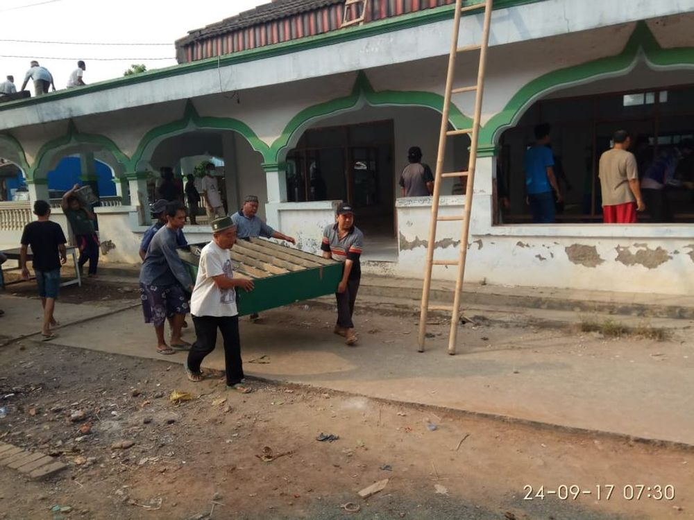 Momen pertama masjid mulai dihancurkan