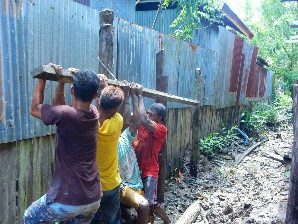 Proses pemancangan umpak (tiang kayu)