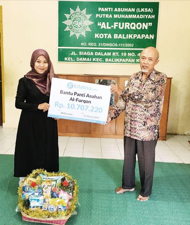 Penyerahan Donasi Dengan Kepala Panti Asuhan Al-Furqon