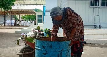 Bantu Nenek Salamiah Tukang Sapu Masjid Obati Anak