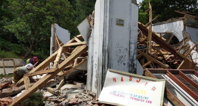 Bantu Bangun Masjid Roboh Cijenuk Bandung Barat