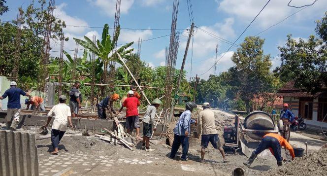 Bantu Warga Doplang membangun mushola yang nyaman